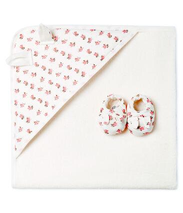 Estuche con toalla cuadrada de baño y patucos para bebé de BE y punto.